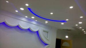 mur et angle avec néon
